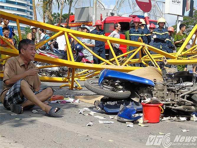 Nạn nhân là ông Lê Quang Bảy (SN 1966, địa chỉ khu Đầm Lác, phường Gia Viên, Ngô Quyền, Hải Phòng) đang trên đường đi làm về thì bị cẩu công trình văng đổ vào người tử vong tại chỗ, chiếc xe máy của ông Bảy bị đè bẹp dúm.