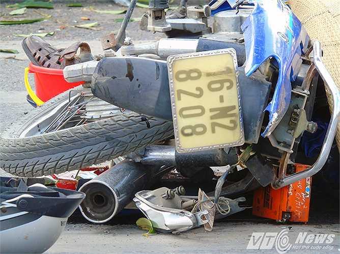 Chiếc xe máy của ông Bảy bị bẹp dúm.