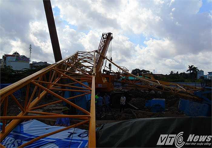 Chiếc cẩu có chiều cao khoảng 50-70m, nên khi đổ sập chắn ngang từ trong công trường ra giữa đường Lê Hồng Phong - tuyến đường rộng nhất TP Hải Phòng tính đến thời điểm hiện tại.