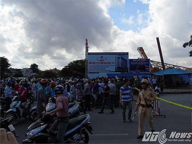 Hàng ngàn người dân đứng dưới trời nắng theo dõi vụ việc, nhiều người tỏ ra khá bức xúc trước việc đơn vị thi công không bảo đảm an toàn cho người dân qua lại khu vực.