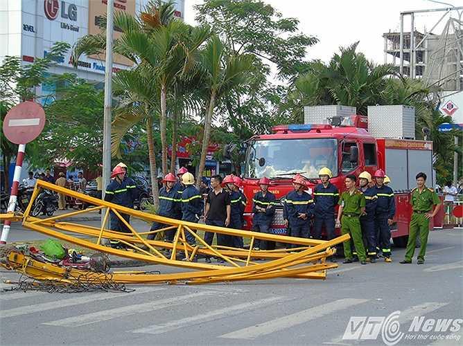 Lực lượng Cảnh sát PCCC chuẩn bị vào cứu hộ, giải phóng hiện trường.