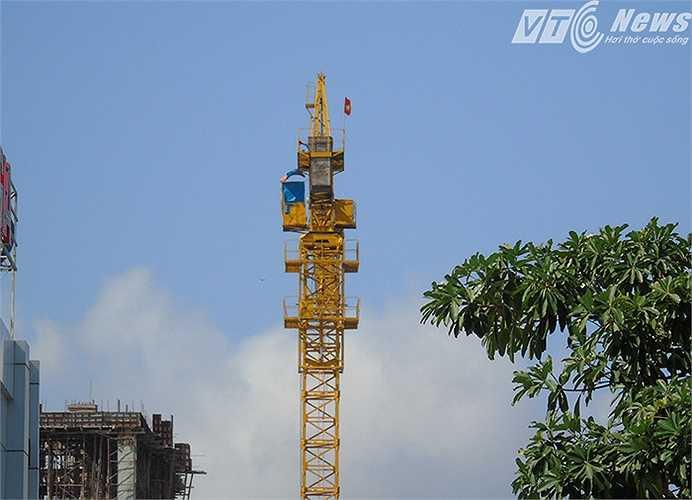Nhiều người dân nhìn chiếc cẩu này không khỏi lo ngại tính an toàn của nó, vì nằm ngay bên đường Lê Hồng Phong, hàng ngày có mật độ người và phương tiện tham gia giao thông khá lớn.  (Minh Khang)