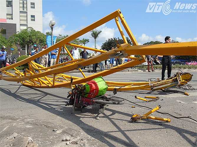 Chiếc xe đạp của bà Đoàn Thị Tuyến (67 tuổi, quê Nam Định) nằm chỏng chơ ở hiện trường. Bà Tuyến là một nạn nhân khác trong vụ tai nạn, bà may mắn chỉ bị thương.