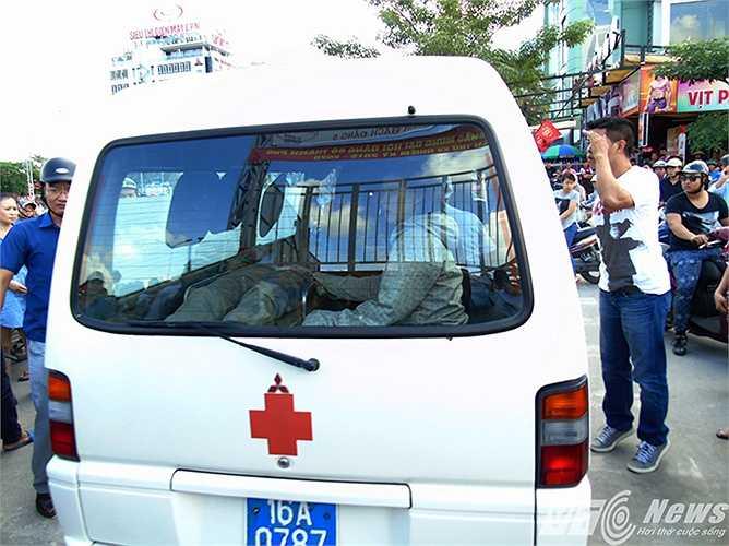 Đến 12h30 cùng ngày, người công nhân bị thương kẹt trong cabin máy cẩu đã được lực lượng chức năng giải cứu, đưa đi cấp cứu tại bệnh viện.