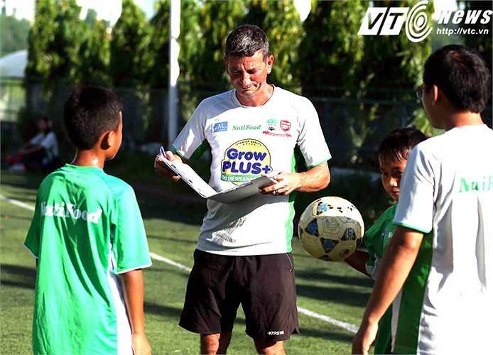 Trong những giờ tập buổi sáng, 10 học viên Học viện bóng đá Nutifood thường được kiểm tra những bài tập kĩ năng (Ảnh: Quang Minh)