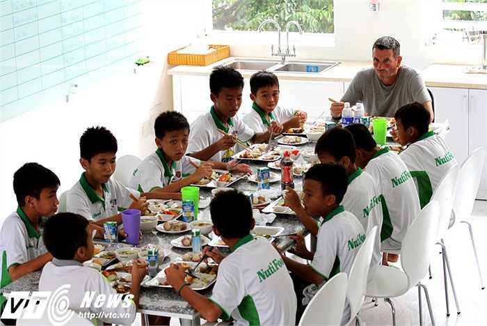 Bàn ăn trưa của 10 học viên cùng 'ông bố' Franck Durix (Ảnh: Hoàng Tùng)