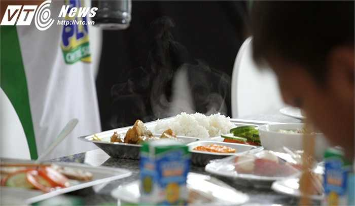 Khay cơm nghi ngút khói, rất ngon lành và đủ chất dinh dưỡng (Ảnh: Hoàng Tùng)