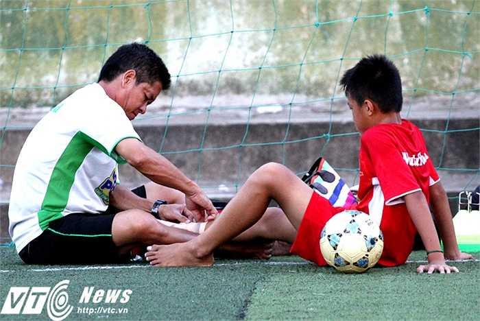 Trợ lý Hồng Phẩm ân cần chăm sóc cho một em nhỏ bị đau (Ảnh: Hoàng Tùng)