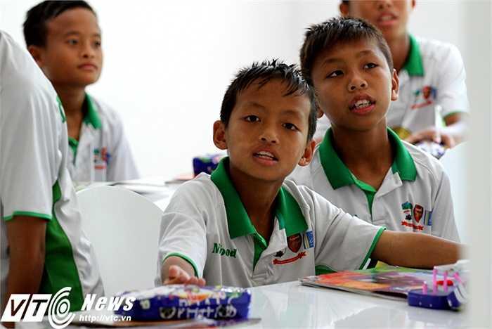 Theo nhận xét trong sổ đầu bài của các thầy cô giáo, 10 em của Học viện bóng đá Nutifood chăm ngoan trong học tập (Ảnh: Hoàng Tùng)