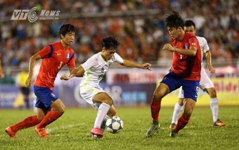 Văn Toàn không vượt qua được 2 cầu thủ U19 Hàn Quốc (Ảnh: Quang Minh)