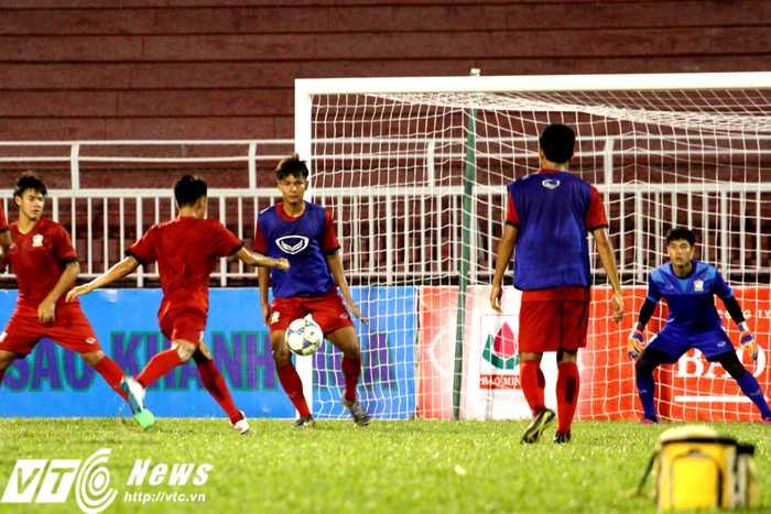 Trong tích tắc, chỉ cần có khoảng không để vung chân là mọi cầu thủ U21 Thái Lan đều sút bóng (Ảnh: Hoàng Tùng)
