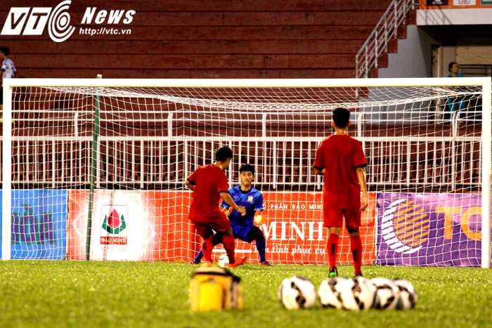 Rất thường xuyên trong buổi tập, các cầu thủ U21 Thái Lan có cơ hội đối mặt thủ môn (Ảnh: Hoàng Tùng)