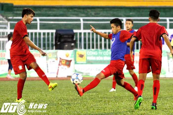 Khi mất bóng, U21 Thái Lan nhanh chóng tổ chức vây hãm tranh chấp, cướp lại (Ảnh: Hoàng Tùng)