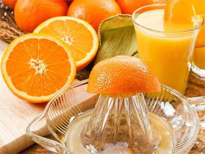 Vitamin B7: Vitamin này còn được gọi là biotin. Nó là cần thiết cho sự tăng trưởng tế bào và tổng hợp các acid béo. Vitamin này giữ các tuyến mồ hôi, da và tóc khỏe mạnh. Nó cũng tốt cho móng tay, giúp phát triển xương. Thực phẩm giàu vitamin này là các loại quả màu vàng, rau lá xanh, đậu lăng, gạo lứt, ớt, lòng đỏ trứng, đậu nành.