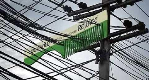 Hãng dầu gội đầu Rejoice cũng không quên gây ấn tượng mạnh với tấm biển quảng cáo có 1-0-2.