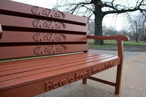 Chiếc ghế được sơn màu và tạo hình giống hệt thanh socola Kitkat.