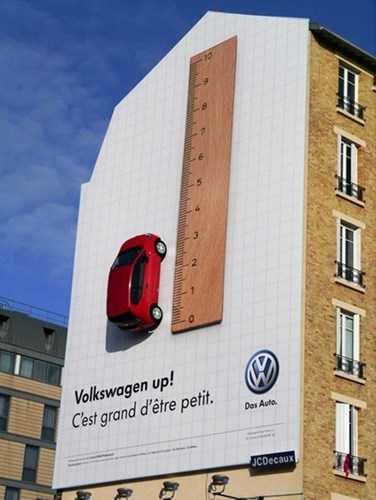 Hãng xe Volkswagen mang cả mô hình xe treo lên tường để quảng cáo.