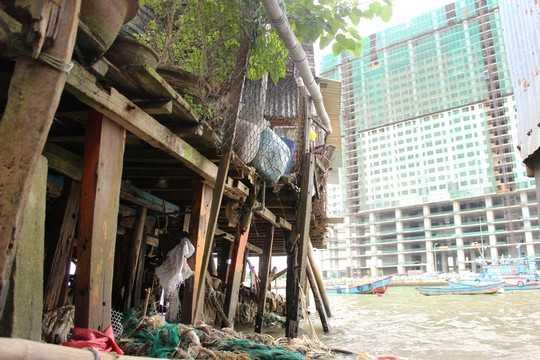 Cồn Nhất Trí (nằm giữa cầu Xóm Bóng và Hà Ra thuộc phường Vĩnh Phước). Theo UBND phường Vĩnh Phước, TP Nha Trang, cồn có hơn 1.400 hộ dân với khoảng 7.000 nhân khẩu nhưng chỉ sống chen chúc trên diện tích 21 ha. Những căn nhà chồ chật hẹp, nhếch nhác cứ mọc bên cạnh đô thị phồn hoa