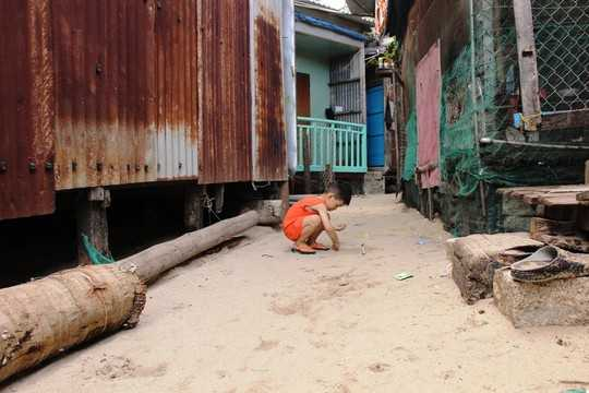 Trẻ em sống trong môi trường mất vệ sinh, tiềm ẩn nhiều nguy hiểm