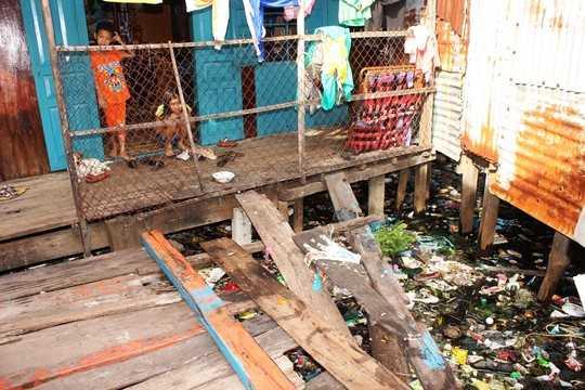 Các xe chở rác không thể vào từng con hẻm để thu gom nên toàn khu rất mất vệ sinh.