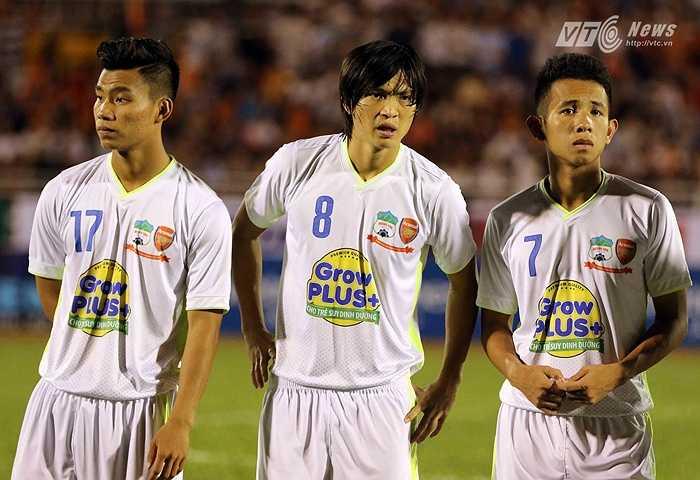 Lễ khai mạc kéo dài hơn 10 phút và nói như BLV của đài BBC ở trận giao hữu giữa Man City và ĐT Việt Nam thì các cầu thủ đứng như đống vỏ chanh vô dụng trên sân. (Ảnh: Quang Minh)