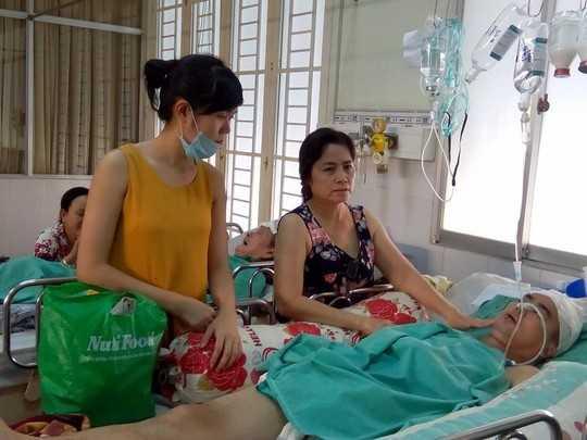 Diễn viên Nguyễn Hoàng hồi tỉnh sau 17 ngày hôn mê. Anh vẫn đang được người thân chăm sóc tích cực.