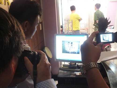 Đoàn kiểm tra phát hiện trong máy tính chứa hàng trăm file ảnh nhân viên ăn mặc sexy để khách lựa chọn - Ảnh: Duy Khang