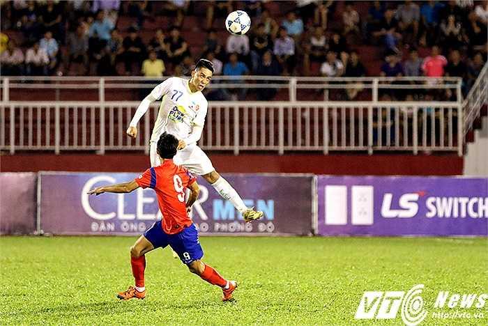 Dù chơi trung vệ phải hay trái, Thắng Toàn vẫn thi đấu trên mức tròn vai với kĩ năng không chiến tốt