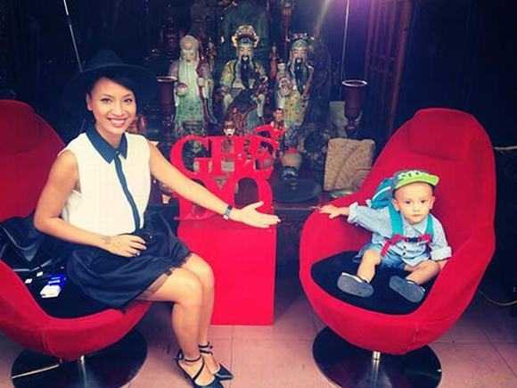"""Thuỳ Minh và con trai trên chiếc """"Ghế đỏ"""" nổi tiếng."""