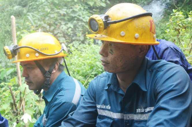 Có mặt tại hiện trường từ đêm 19-11, lực lượng cấp cứu mỏ - Tập đoàn công nghiệp than và khoáng sản Việt Nam đã triển khai công tác cứu hộ - cứu nạn một cách hiệu quả.