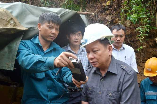 Có mặt tại hiện trường sáng 21-11, ông Bùi Văn Tỉnh, Bí thư Tỉnh ủy Hòa Bình đã động viên lực lượng cứu hộ đang làm việc trong hầm lò thông qua hệ thống thông tin nội bộ do Trung tâm cấp cứu mỏ - Tập đoàn công nghiệp than và khoáng sản Việt Nam thiết lập.