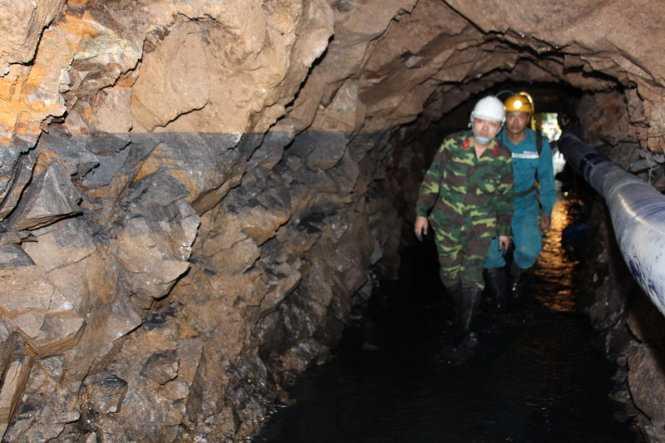 Lực lượng công binh và nhân viên Trung tâm cấp cứu mỏ - Tập đoàn công nghiệp than và khoáng sản Việt Nam thường xuyên thực hiện công tác trinh sát nắm bắt tình hình thực tế địa chất trong đường lò để kịp thời phát hiện những dấu hiệu bất thường gây ảnh hưởng đến công tác cứu hộ cứu nạn
