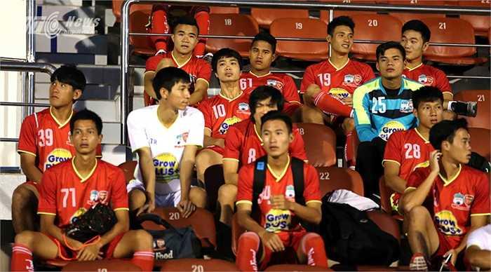 Công Phượng cùng đồng đội có mặt ở sân Thống Nhất, chuẩn bị cho buổi tập đầu tiên ở sân đấu này, trước khi bước vào giải U21 Quốc tế. (Ảnh: Quang Minh)