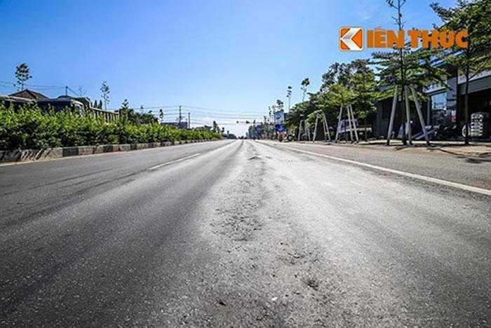 Thời gian vừa qua, nhiều tài xế thường xuyên lưu thông trên đường Mỹ Phước – Tân Vạn, đoạn qua thị xã Thuận An, Bình Dương phản ánh về việc mặt đường bị xuống cấp, có nhiều vệt lún tạo thành rãnh sâu 3 - 4 cm, sống trâu xuất hiện kéo dài.