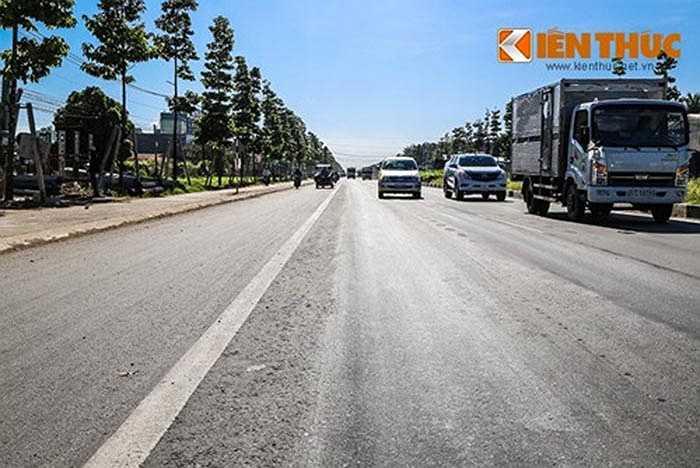 Theo ghi nhận của PV vào sáng 19/11, đoạn đường dài khoảng 3km từ khu phố Bình Thuận 2, phường Thuận Giao kéo dài đến ngã 6 An Phú (thị xã Thuận An) đang bị lún thành rãnh sâu 3-4 cm, trên mặt đường xuất hiện nhiều sống trâu, ổ gà.
