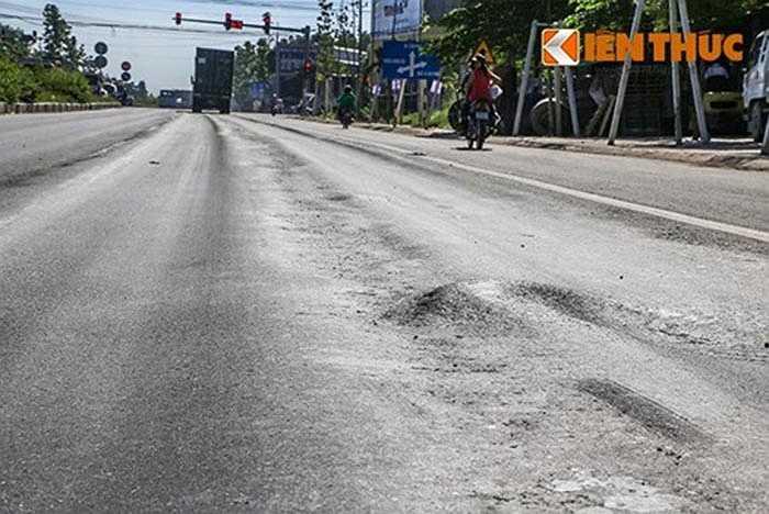 Tương tự, nhiều vị trí khác trên tuyến đường này cũng xảy ra trồi, lún bê tông nhựa gây khó khăn cho việc đi lại.