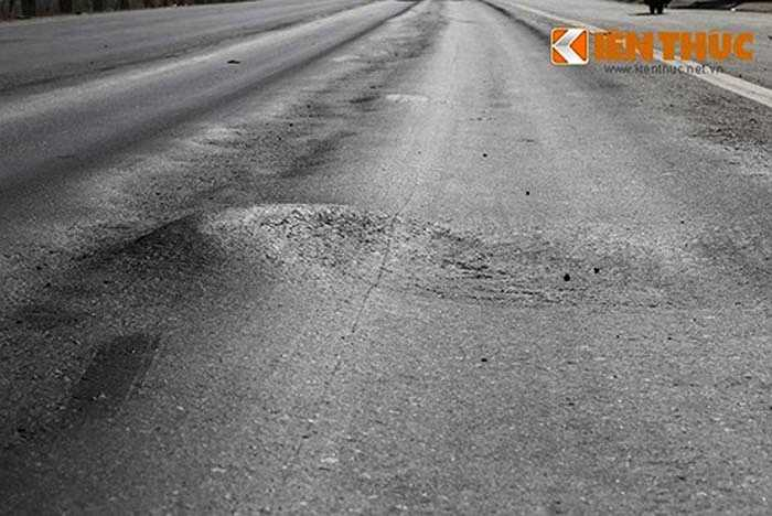 Vệt lún sâu tạo thành ổ gà gây nguy hiểm cho các phương tiện lưu thông với tốc độ cao.