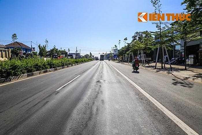 Đường Mỹ Phước - Tân Vạn là trục đường giao thông đi qua TP Thủ Dầu Một, thị xã Dĩ An và thị xã Thuận An (Bình Dương) dài 26,5 km, rộng 6 làn xe (30 mét) với vận tốc thiết kế 100 km/h. Dự án được khánh thành và cho thông xe giai đoạn 1 với đoạn đường dài 16 km (từ điểm giao với Tỉnh lộ 741 đến vòng xoay ngã 6 An Phú thuộc thị xã Thuận An) ngày 13/10/2015. Chủ đầu tư sẽ tổ chức thu phí trong vòng 46 năm để hoàn vốn đầu tư.