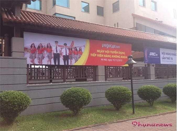 Ngày 19/11 vừa qua, tại khách sạn Sofitel Hà Nội đã diễn ra cuộc thi tuyển tiếp viên hàng không quy mô nhỏ của hãng Vietjet Air. Từ trước đến nay quy trình tuyển tiếp viên hàng không của các hãng luôn nghiêm ngặt và khép kín, nhưng Vietjet Air tổ chức thi mở, các ứng viên đến dự thi tự do.