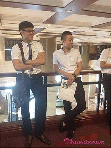 Thí sinh SBD 32 - bạn Mạnh Hùng (21 tuổi, Hà Nội) mới tốt nghiệp Học viện Ngân hàng, tới ứng tuyển nhờ thông tin đọc được trên website của hãng, cho biết đây là lần đầu tiên dự thi tiếp viên hàng không. Mặc dù chưa từng học trường lớp nào liên quan nhưng Hùng khá tự tin tham gia ứng tuyển. Anh chàng cao 1m82 này trong buổi sáng đã vượt qua cả 3 vòng thi với đánh giá cao từ BGK.
