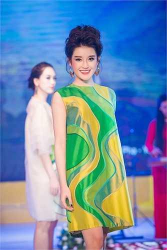 Đây là lần hiếm hoi trở lại sàn catwalk của cô kể từ khi đăng quang khôi Á hậu Việt Nam 2014.