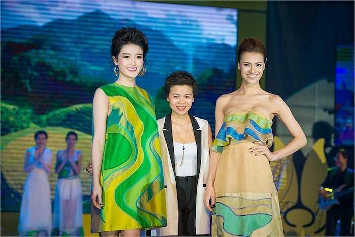 NTK Xuân Lê cùng Á hậu Huyền My, người mẫu Hồng Quế. Bộ sưu tập có tên gọi 'Giai điệu của những thửa ruộng bậc thang'.