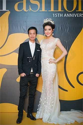 Cô diện chiếc đầm ren trắng nằm trong bộ sưu tập Xuân - Hè của NTK Hoàng Hải.