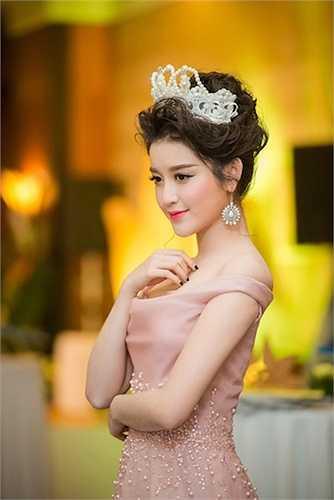 Làn da trắng hồng của người đẹp được tôn lên nổi bật.