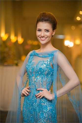 Người mẫu Hồng Quế cũng rực rỡ không kém trong chiếc đầm xanh xuyên thấu.