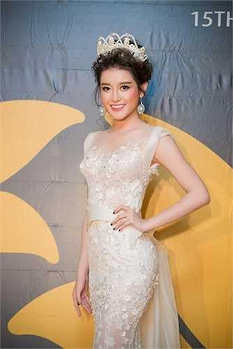 Với nhan sắc đẹp tựa nữ thần, Á hậu Việt Nam 2014 dễ dàng gây được sự chú ý tại sự kiện.