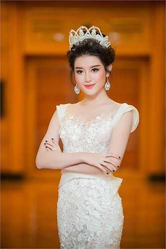 Chiếc xước cài tóc bằng ngọc trai thiết kế đi kèm ý tưởng chiếc váy làm toát lên vẻ đẹp mộng mị của Á hậu Việt Nam.