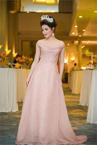 Cô cũng thay một bộ đầm màu hồng da vô cùng ngọt ngào.
