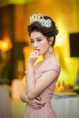 Chiếc đầm trễ nải giúp cô càng thêm quyến rũ.