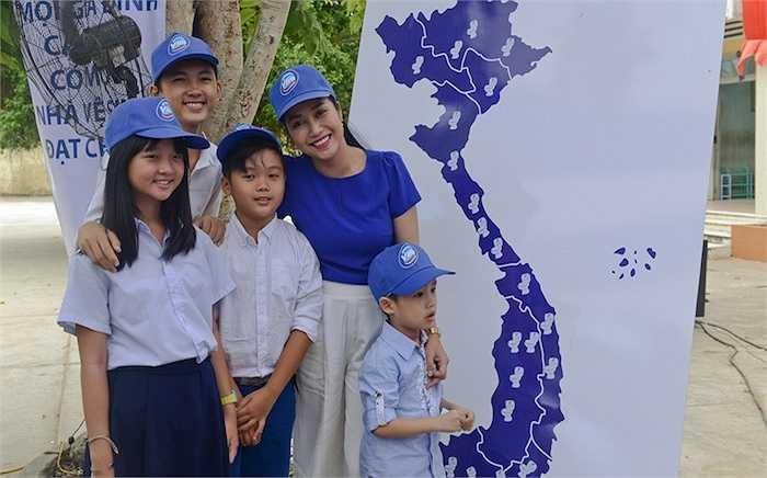 Ngày 21/11, MC - diễn viên Ốc Thanh Vân đã cùng bộ ba thiên thần nhí của 'Tôi thấy hoa vàng trên cỏ xanh' và đông đảo mọi người tham gia sự kiện hưởng ứng 'Ngày Nhà vệ sinh Thế giới 2015' tại tỉnh Bến Tre.